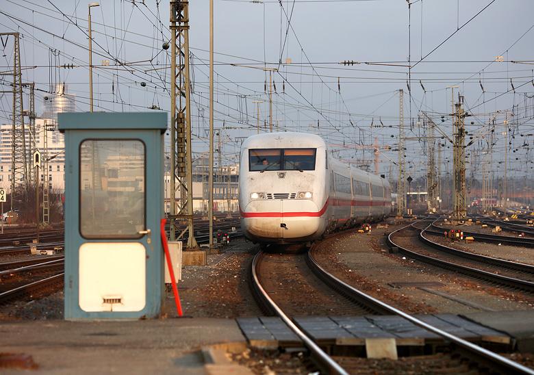 Ein ICE 2 erreicht am 9. Februar 2017 den Nürnberger Hauptbahnhof - Steuerwagen voraus.