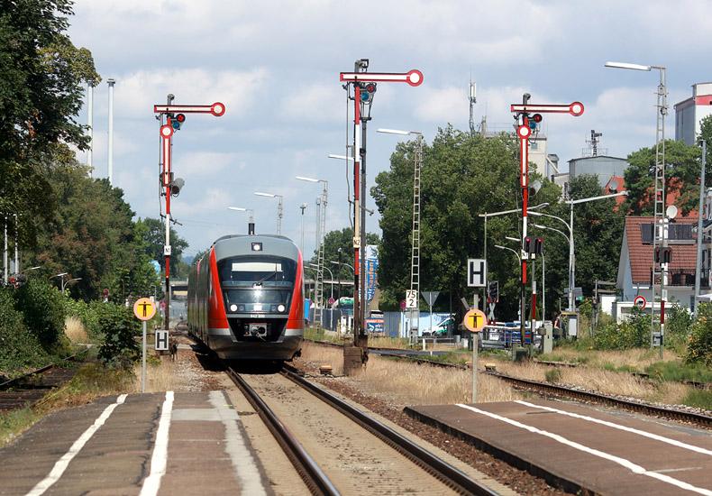 Ein Desiro-Triebwagen fährt am 22.07.2017 in den Bahnhof Senden ein. Nach kurzem Aufenthalt geht es weiter in Richtung Weißenhorn.