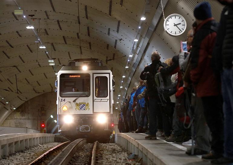 Deutschlands höchste Bahnstation: Ein Zahnradtriebwagen der Bayerischen Zugspitzbahn erreicht am 26.09.2017 den Tunnelbahnhof Zugspitzplatt. Zahlreiche Ausflügler warten bereits auf die Talfahrt.