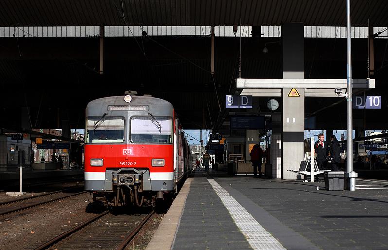2017 fahren immer noch etliche 420er, zum Beispiel im Ruhrgebiet. Im Bild ist 420 402 im Hauptbahnhof von Düsseldorf am 27.10.2017