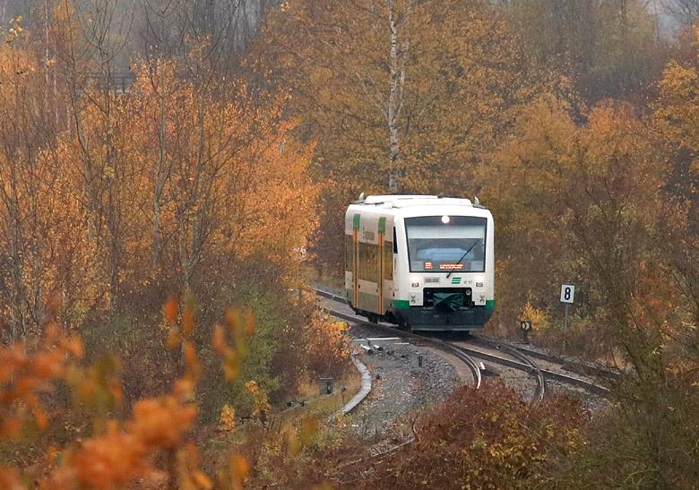 Ein Triebwagen der Erfurter Bahn erreicht am herbstlich trüben 12.11.2017 den Ort Wünschendorf.