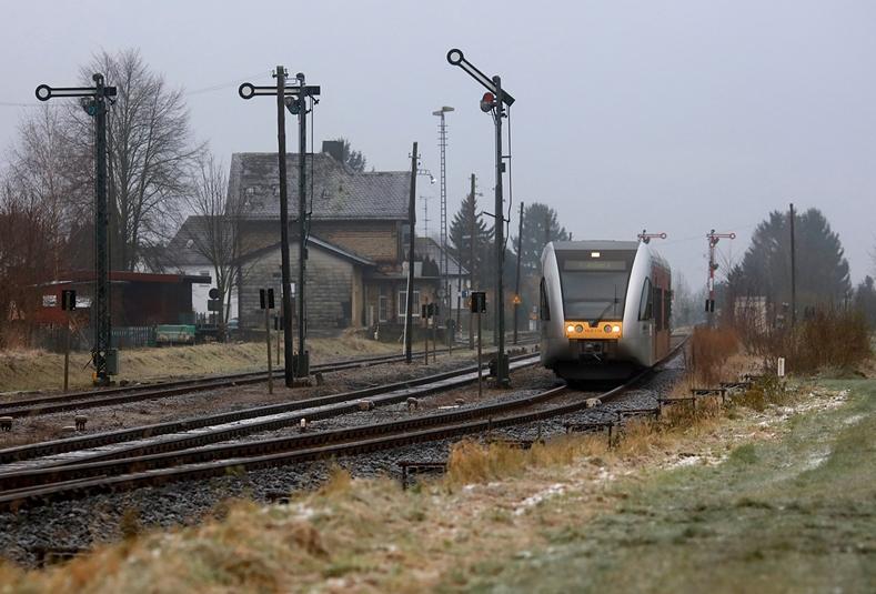 Der Bahnhof Beienheim verfügt 2017 noch über Formsignale und niedrige Bahnsteige. In den nächsten Jahren soll der Bahnhof umgebaut werden. Die Aufnahme entstand am 2. Dezember 2017
