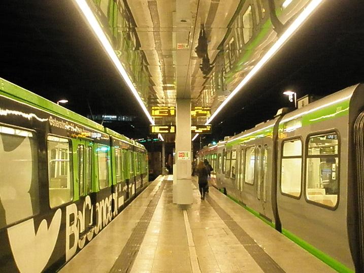 """Eine Stadtbahnhaltestelle mit Spiegeldecke, das ist die Unterseite des Daches auf dem Hochbahnsteig """"Hauptbahnhof/ZOB"""" am neuen Endpunkt der Linie 10 und 17 in der Innenstadt Hannovers. Die Spiegel ermöglichen diese ungewöhnliche Aufnahme von Hannovers dienstältesten über 40 Jahre alten grünen Stadtbahnwagentyp, dem TW 6000. Rechts daneben der mittlerweile immerhin auch schon rund 20 Jahre alte """"Silberpfeil""""."""