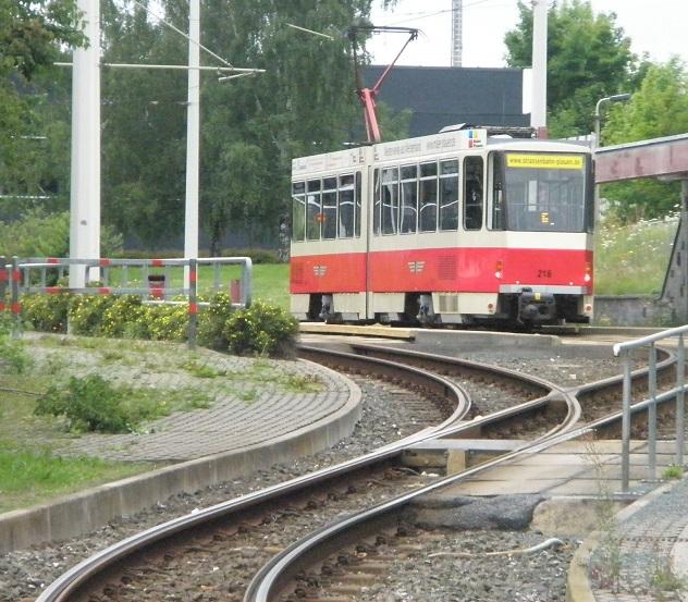 KT4D Triebwagen 216 von 1983 der Straßenbahn Plauen in der Wendeschleife am Oberen Bahnhof. Das Foto entstand im Juli 2017.
