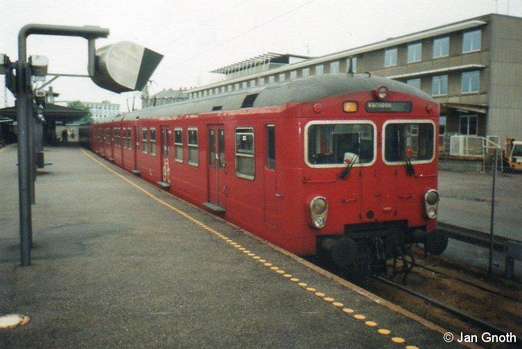 Im Sommer 2000 war der untere Bahnsteig der Ringbahn in Vanløse noch für die S-Bahn in Betrieb, ein 2.Generationszug ist soeben von der Ringbahn aus Richtung Hellerup kommend am unteren Bahnsteig der Ringbahn in Vanløse eingetroffen und wird nach kurzem Aufenthalt über die Ringbahn nach Hellerup zurück fahren. Nur knapp 9 Monate später am 23. April 2001 wurde dieser Bahnsteig für die S-Bahn außer Betrieb genommen und für die Metro umgebaut. Am 12. Oktober 2003 wurde dieser Bahnsteig für die Metro wieder in Betrieb genommen, die Ringbahn hält seitdem am etwas weiter südlich gelegenen Haltepunkt Flintholm, wo ein neues Drehkreuz zwischen Ringbahn, Frederikssundbahn und Metro entstanden ist.