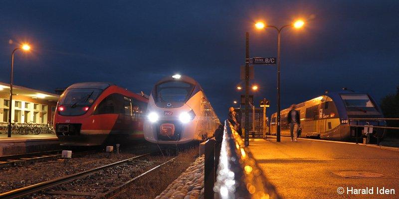 Als letzter Triebwagen des Tages ist am 15. April 2017 der SNCF Régiolis aus Strasbourg in Wissembourg eingetroffen. An Gleis A besteht noch Anschluss nach Landau (Pfalz) mit einem DB-Triebwagen der BR 643 während an Gleis C ein SNCF X73900 auf seinen nächsten Einsatz wartet.