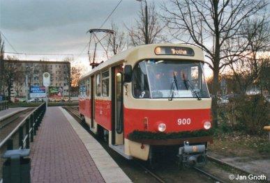 Tatra T4D 900 ist am 21.12.2013 vom Stadtzentrum kommend in Halle-Trotha eingetroffen und wird in ca. 20 Minuten zur nächsten Runde als Adventsbahn in Richtung Stadtzentrum starten.