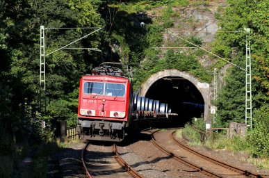 155 229 ist am 10.09.2015 mit einem G�terzug auf der Siegstrecke unterwegs. Die Aufnahme entstand in Scheuerfeld.