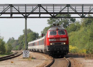 Am 1.09.2015 durchfährt ein Eurocity den Bahnhof Hergatz auf der Allgäustrecke