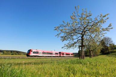 Am frühlingshaft sonnigen 10. Mai 2017 wurde ein 650er-Doppel nördlich von Krumbach (Schwaben) aufgenommen (Strecke: Mindelheim - Günzburg)