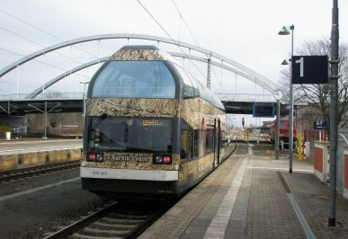 Obwohl nur ganz wenige Exemplare davon gebaut wurden, ist der Doppelstockschienenbus 670 ein echter Hingucker. Auf der Strecke von Dessau nach Wörlitz fährt der 1996 gebaute 670 003 unter dem Namen Fürstin Louise und bringt vor allem architekturbegeisterte Touristen von Dessau nach Wörlitz. Hier steht Fürstin Louise auf Gleis 1 auf dem Bahnhof Dessau, kurz vor der Abfahrt nach Wörlitz.